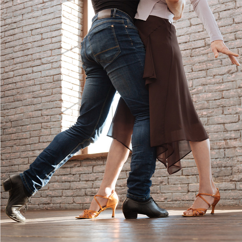 A couple dancing in a dance class.